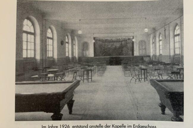 Im Jahres 1926 entstand anstelle der Kapelle im EG ein Spiel- und Theatersaal