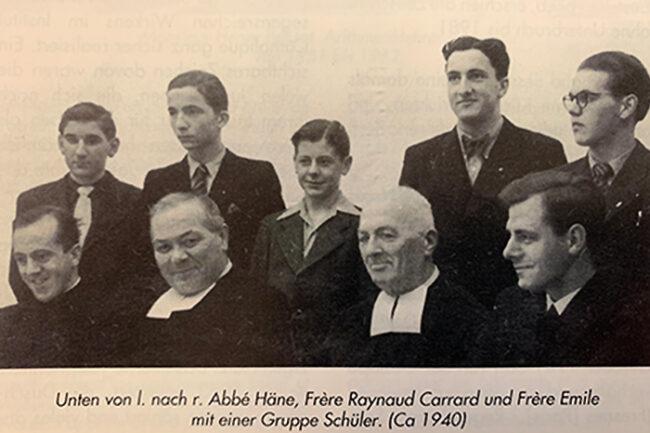 Frère Raynaud Carrard und Frère Emile mit einer Gruppe Schüler